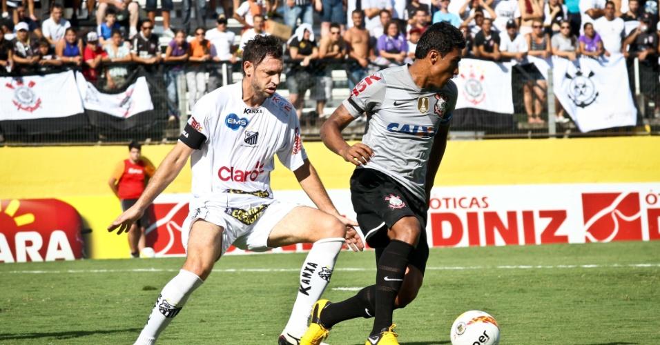 Volante Paulinho, do Corinthians, em ação contra seu ex-time, o Bragantino, em Bragança Paulista