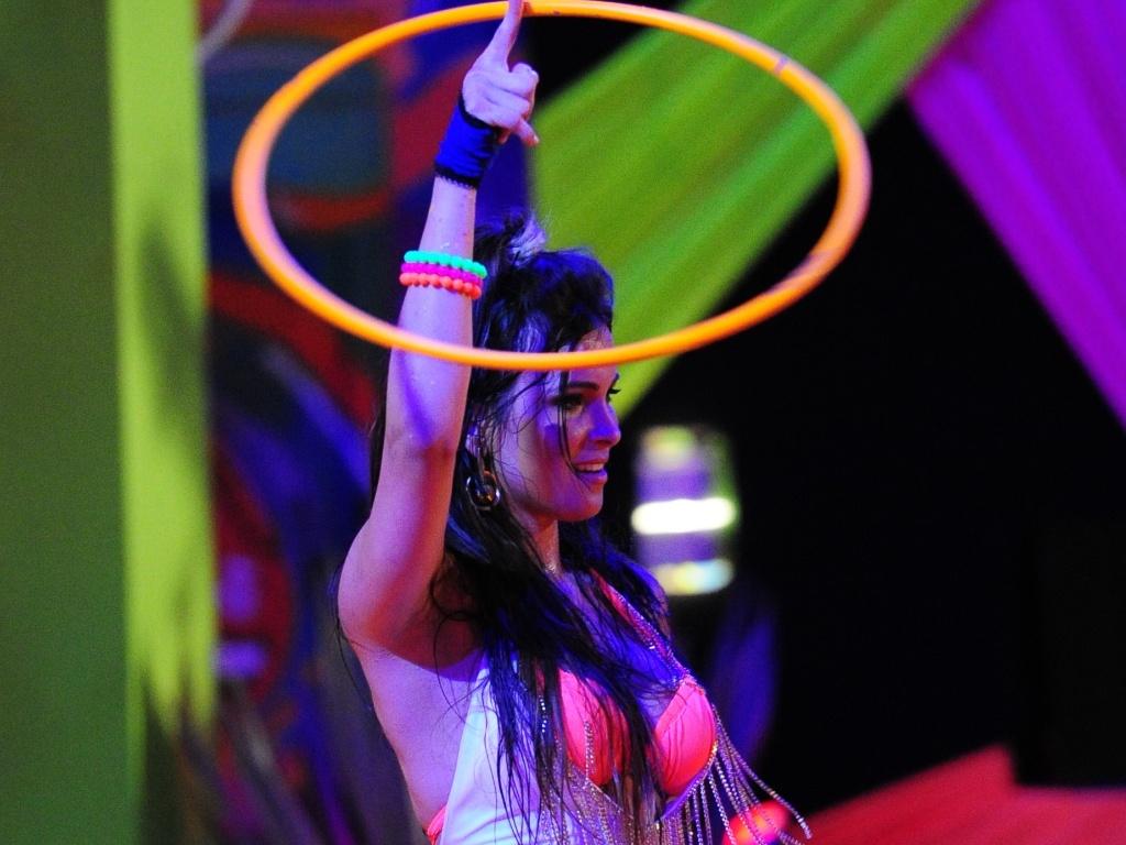 23.fev.2013 - Kamilla se diverte com bambolê na pista de dança
