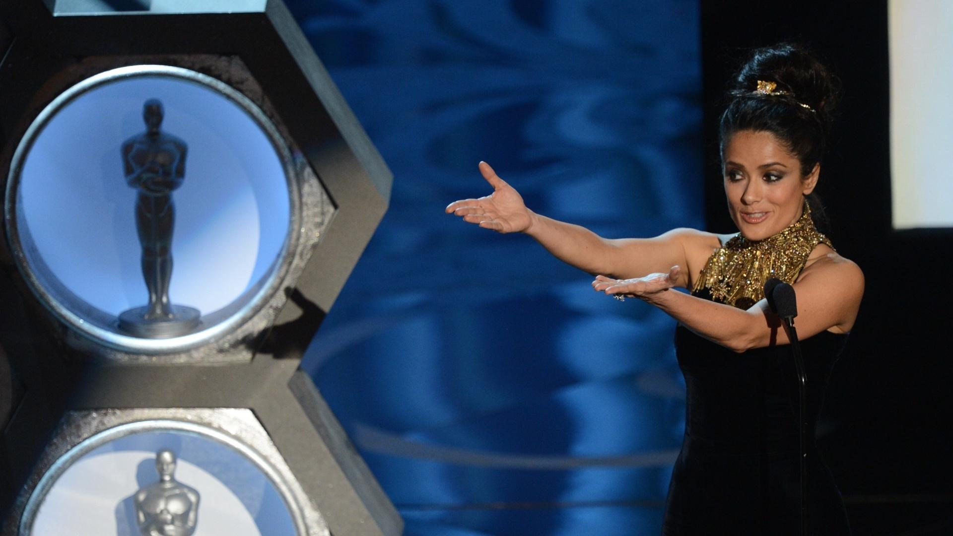24.fev.2013 - A atriz Salma Hayek relembrou George Stevens, Hal Needham e D.A. Pennerberger, que receberam Oscar honorário por sua contribuição à indústria