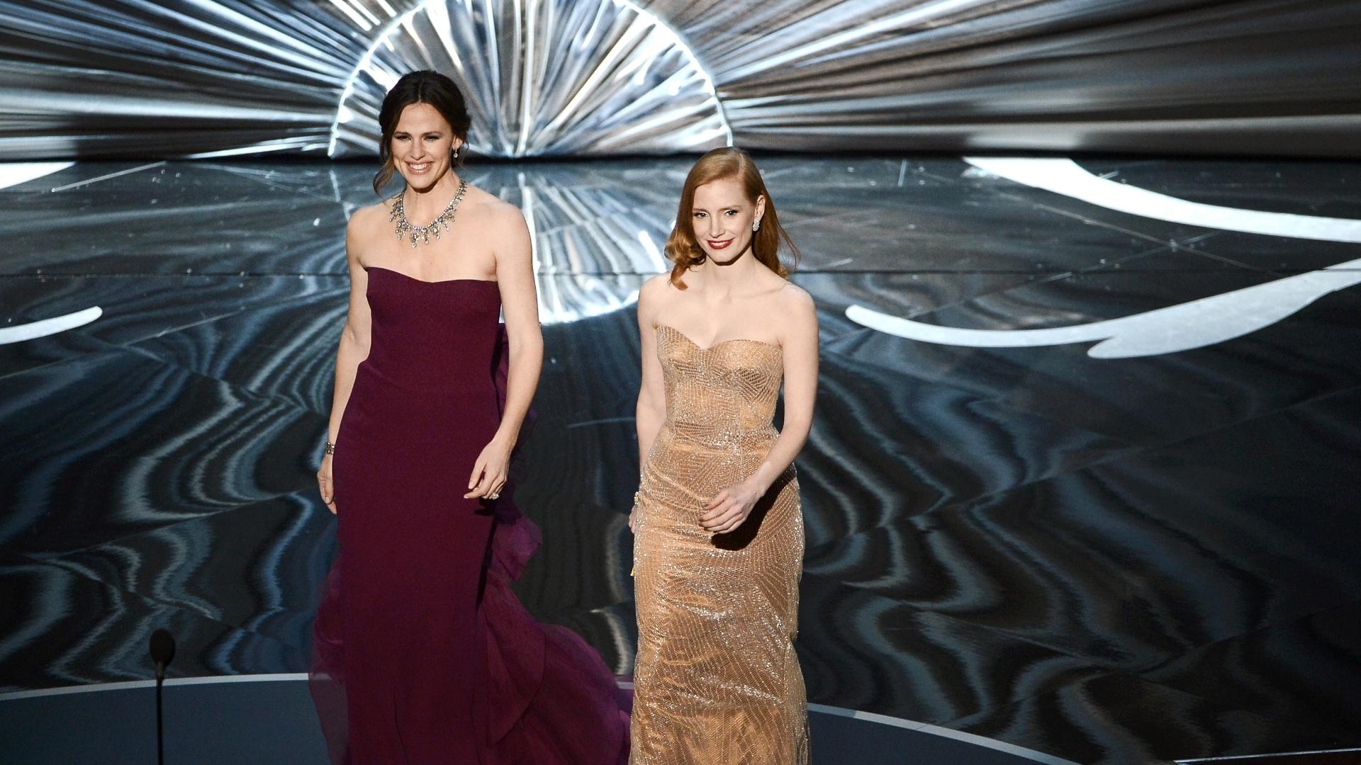 24.fev.2013 - As atrizes Jennifer Garden e Jessica Chastain apresentam indicados durante a cerimônia