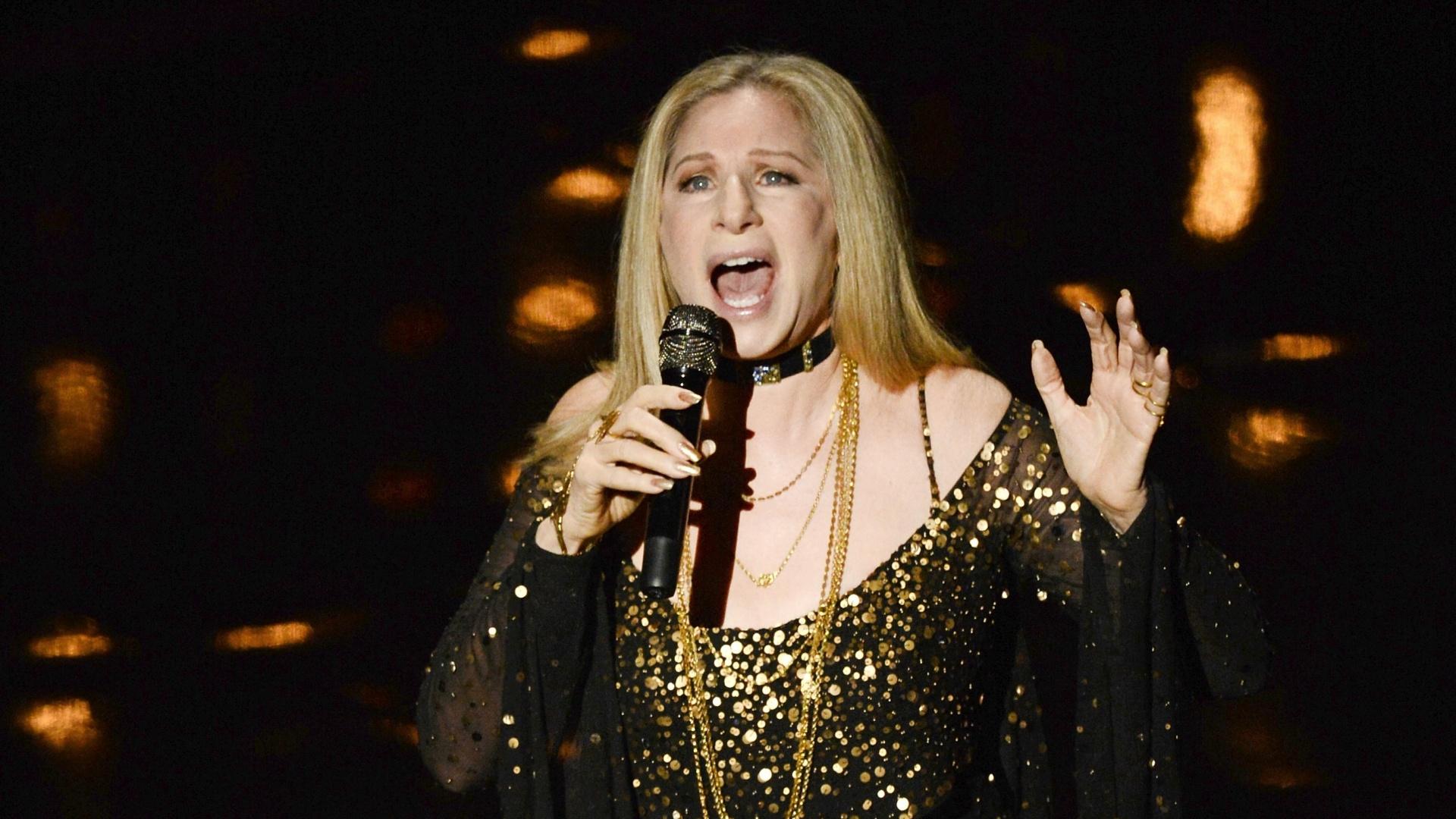 24.fev.2013 - Barbra Streisand canta uma homenagem póstuma para os artistas