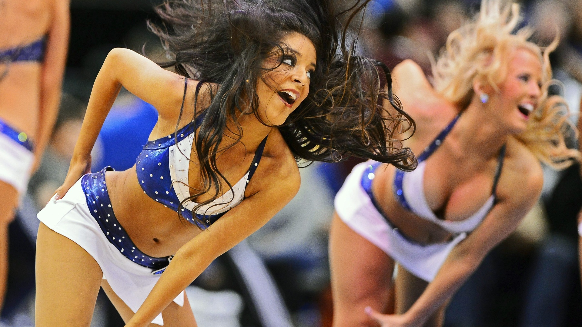 24.fev.2013 - Cheerleaders do Dallas Mavericks fazem apresentação durante a partida contra o Los Angeles Lakers