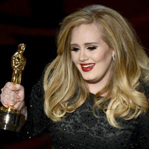 """Adele segura a estatueta do Oscar 2013. Ela venceu na categoria de melhor canção por """"Skyfall"""""""