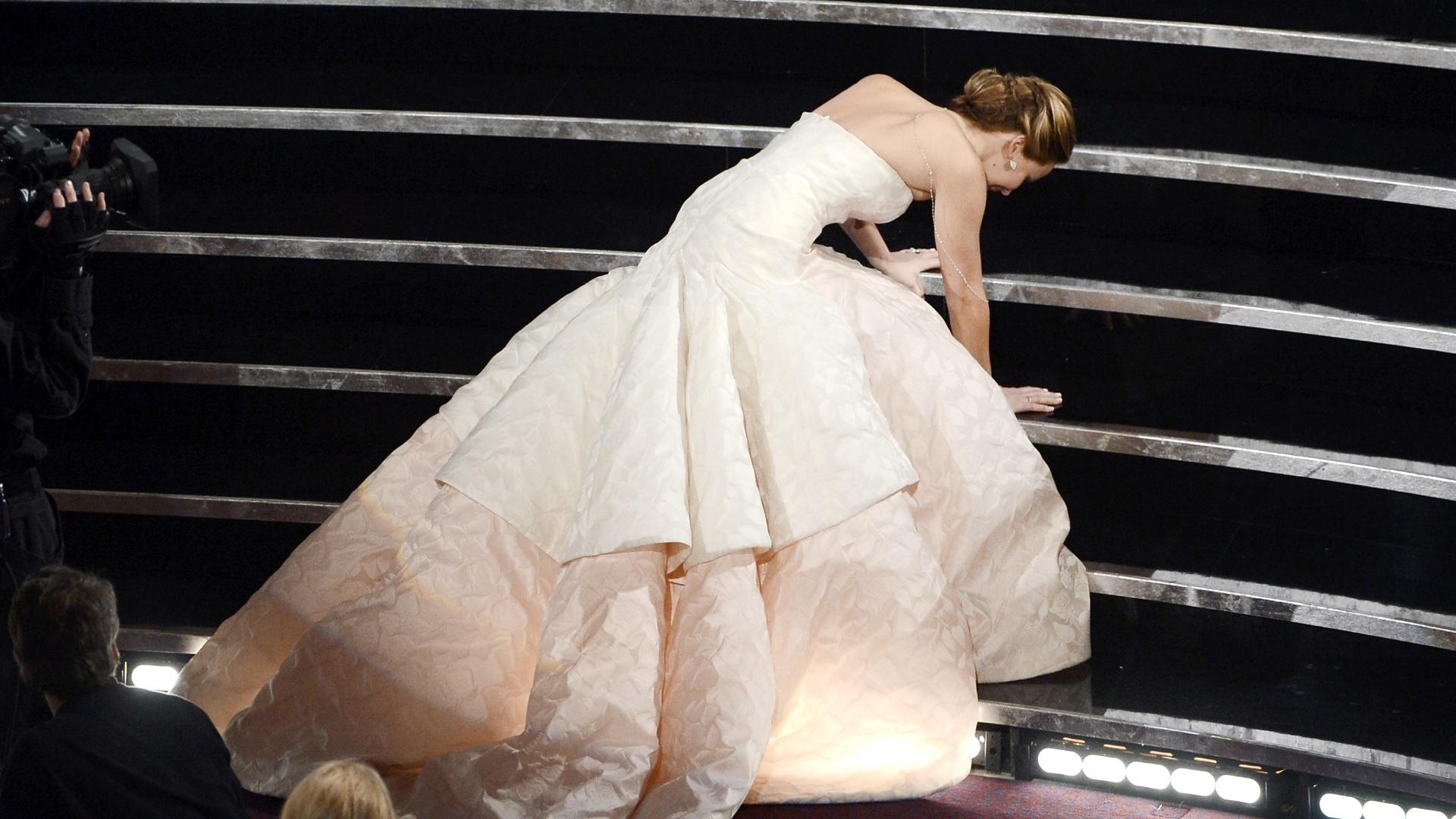 24.fev.2013 - Jennifer Lawrence caiu na escada do palco na hora de receber o prêmio de Melhor Atriz