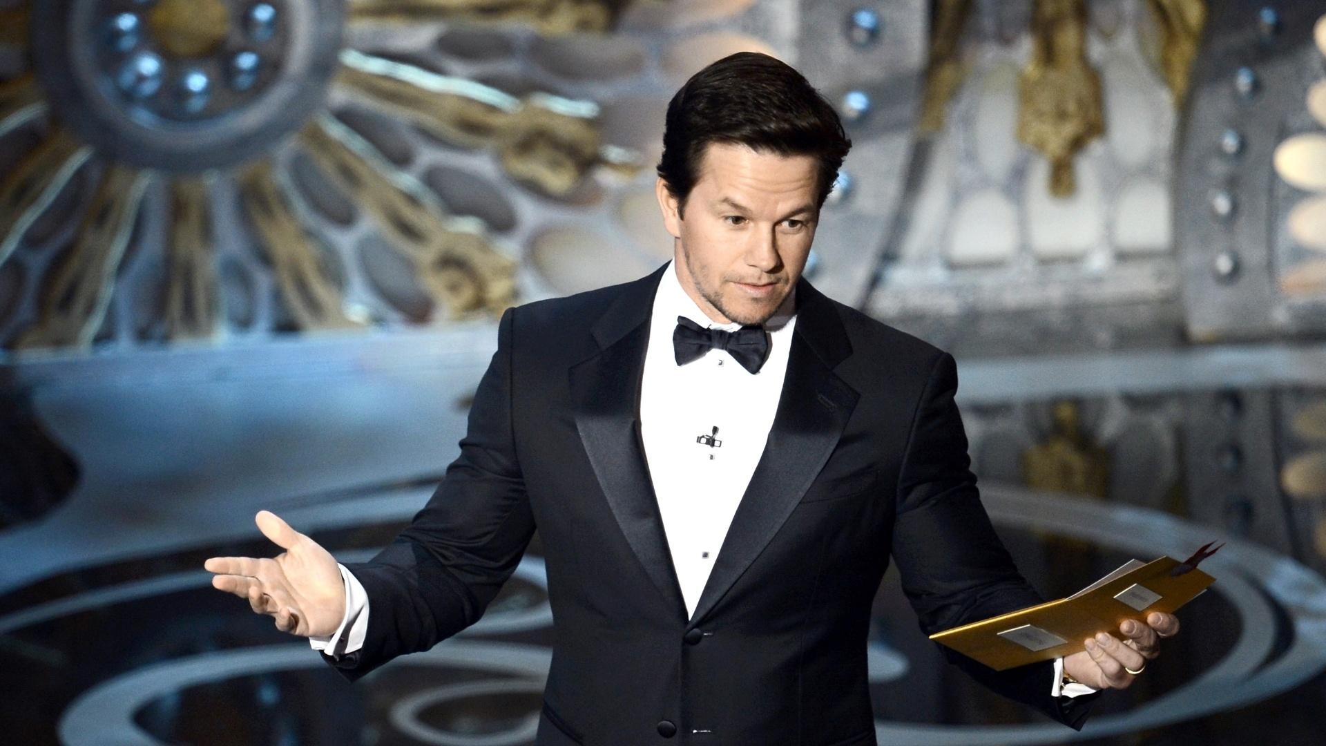 24.fev.2013 - Mark Wahlberg subiu ao palco ao lado do ursinho digitalizado Ted, durante a cerimônia do Oscar