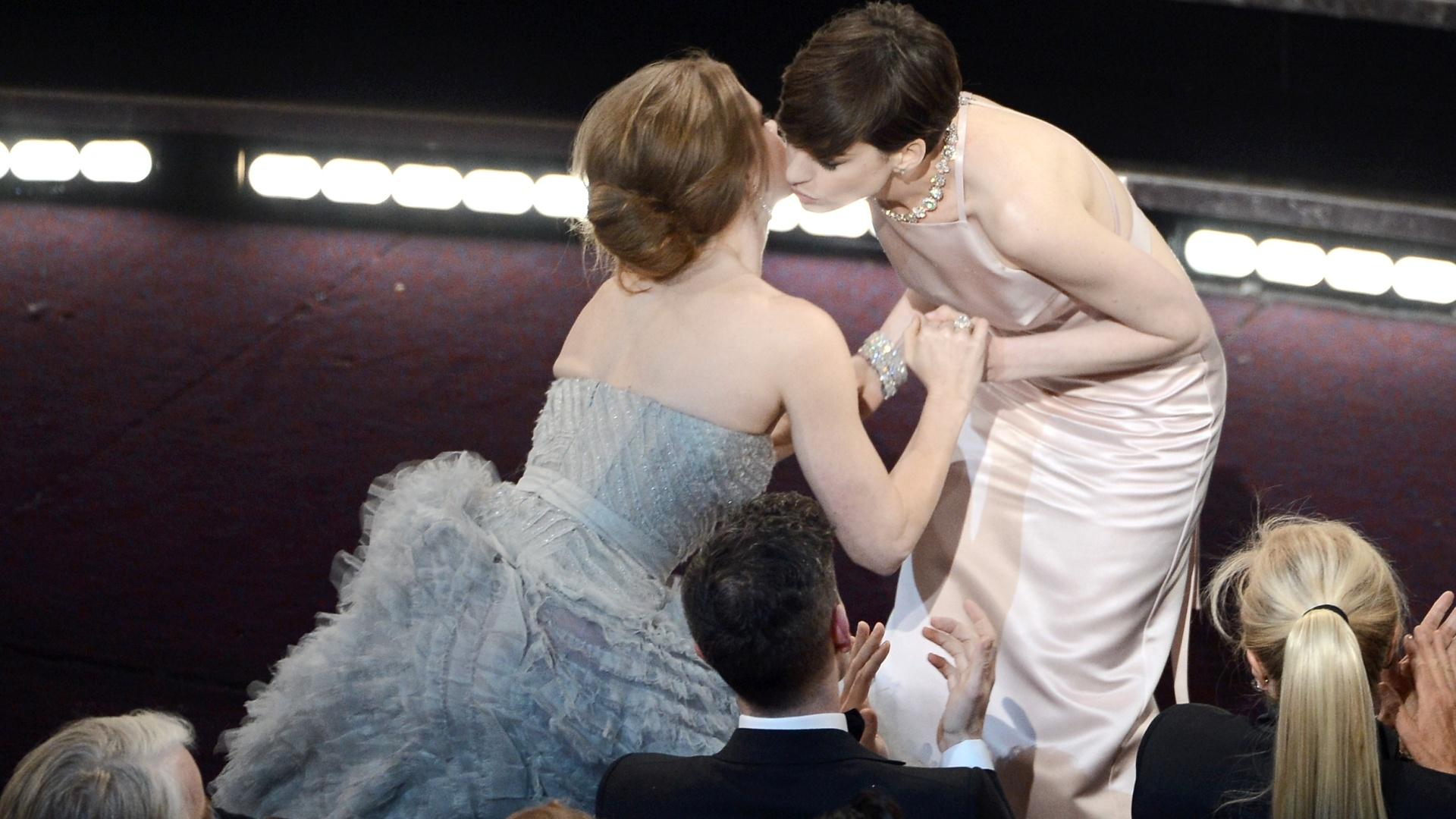 24.fev.2013 - Melhor Atriz Coadjuvante, Anne Hathaway recebe beijo de Amy Adams, sua concorrente na categoria