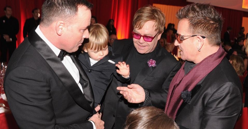 24.fev.2013 - Zachary, o filho de dois anos de Elton John e David Furnish, cumprimenta o cantor Bono na festa de gala prmovida por Elton em Los Angeles