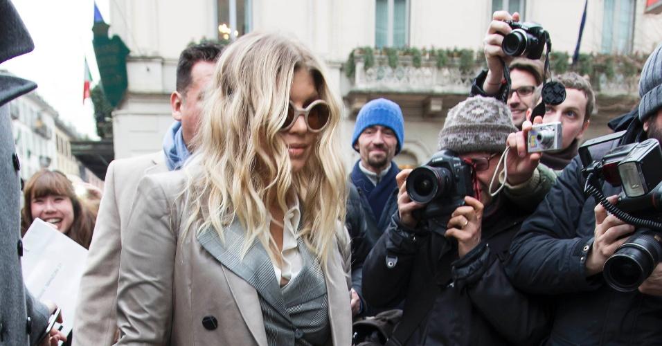 25.fev.2013 - A cantora Fergie vai às compras na loja para bebês da grife Armani em Milão, Itália