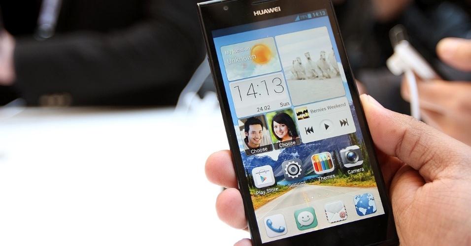 25.fev.2013 - A fabricante Huawei apresentou o smartphone Ascend P2 no Mobile World Congress, evento de eletrônicos portáteis realizada em Barcelona, Espanha. A empresa diz se tratar do smartphone mais rápido do mundo, com  conexão 4G que permite atingir velocidade de até 150 Mbps (megabits por segundo). Ele tem processador quad-core (quatro núcleos) de 1,5 GHz, 1 GB de memória RAM, 16 GB de armazenamento (expansível com cartão de memória), 4,7 polegadas, tela ultrarresistente Gorilla Glass e câmera traseira de 13 megapixels. O sistema no Ascend P2 é o Android 4.1. A novidade será lançada no segundo trimestre por 399 euros (aproximadamente R$ 1.050) a versão desbloqueada
