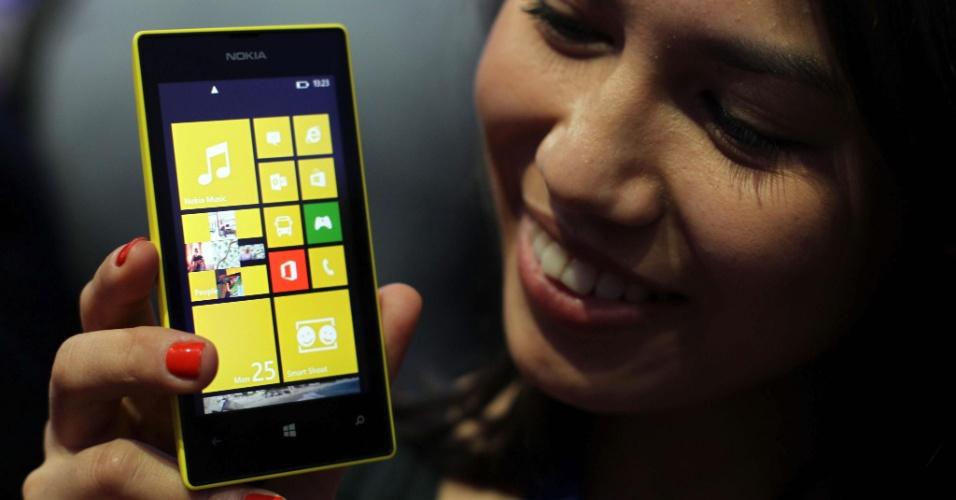 25.fev.2013 - A Nokia apresentou o smartphone Lumia 520 no Mobile World Congress, evento de eletrônicos portáteis realizada em Barcelona, Espanha.  O aparelho tem o preço mais baixo da família Lumia: será lançado no primeiro semestre a partir de 140 euros (cerca de R$ 275). Ele tem sistema operacional Windows Phone 8, tela de 4 polegadas, 9,9 mm de espessura, câmera traseira de 5 megapixels, processador dual-core Snapdragon S4 com 1 GHz, memória RAM de 512 MB e armazenamento de 8 GB (expansíveis com cartão micro SD)