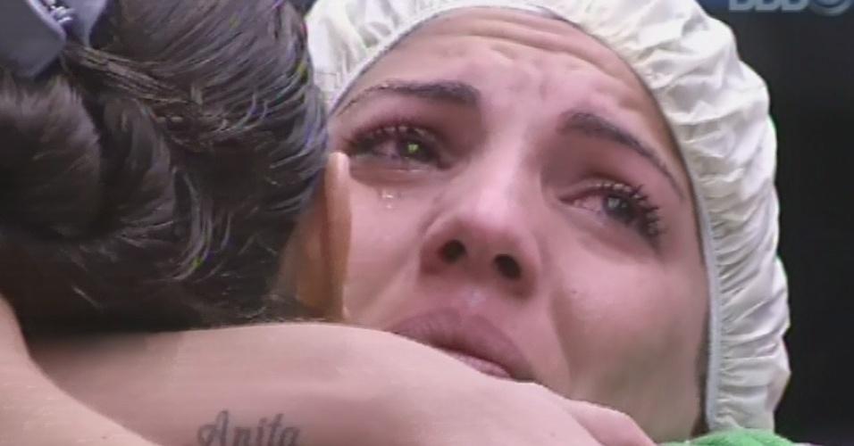 25.fev.2013 - Anamara chora e abraça Andressa. Ela se emocionou ao receber um presente da paranaense
