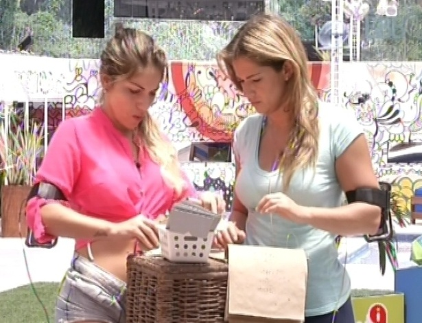 25.fev.2013 - Anamara e Fani fazem compras para a xepa no mercadinho, com apenas 300 estalecas por pessoa