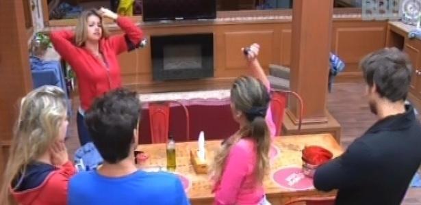 25.fev.2013 - Anamara sorteia a bolinha preta e pode fazer compras pela xepa junto com Fani