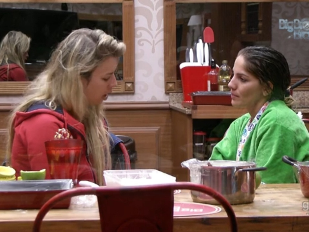 25.fev.2013 - Anamara tenta consolar Fernanda, que chorou depois da briga entre Marcello e André