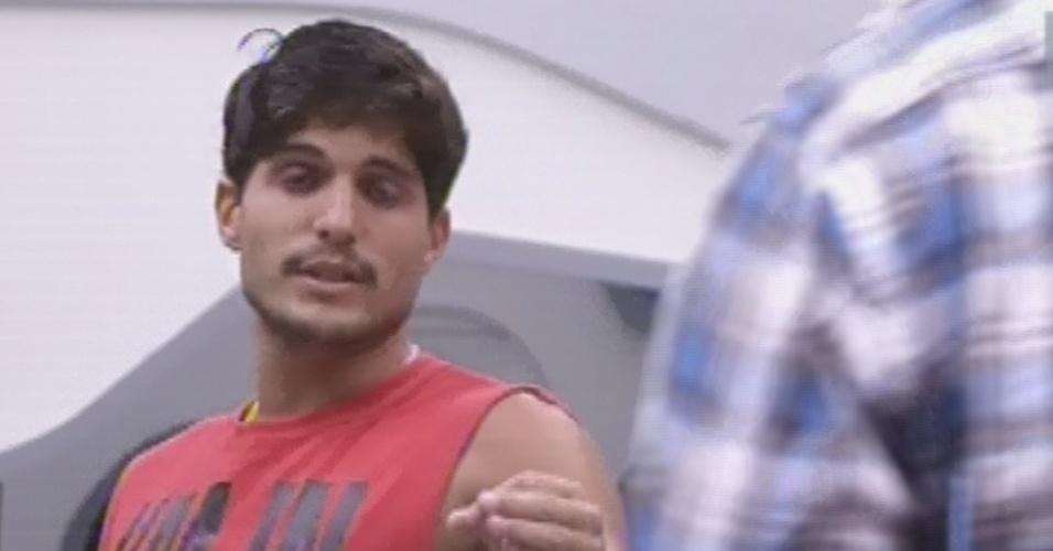 25.fev.2013 - André discute com Marcello e diz que brother é