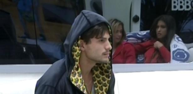 25.fev.2013 - André senta no sofá com o roupão do líder e observa Fani e Kamilla