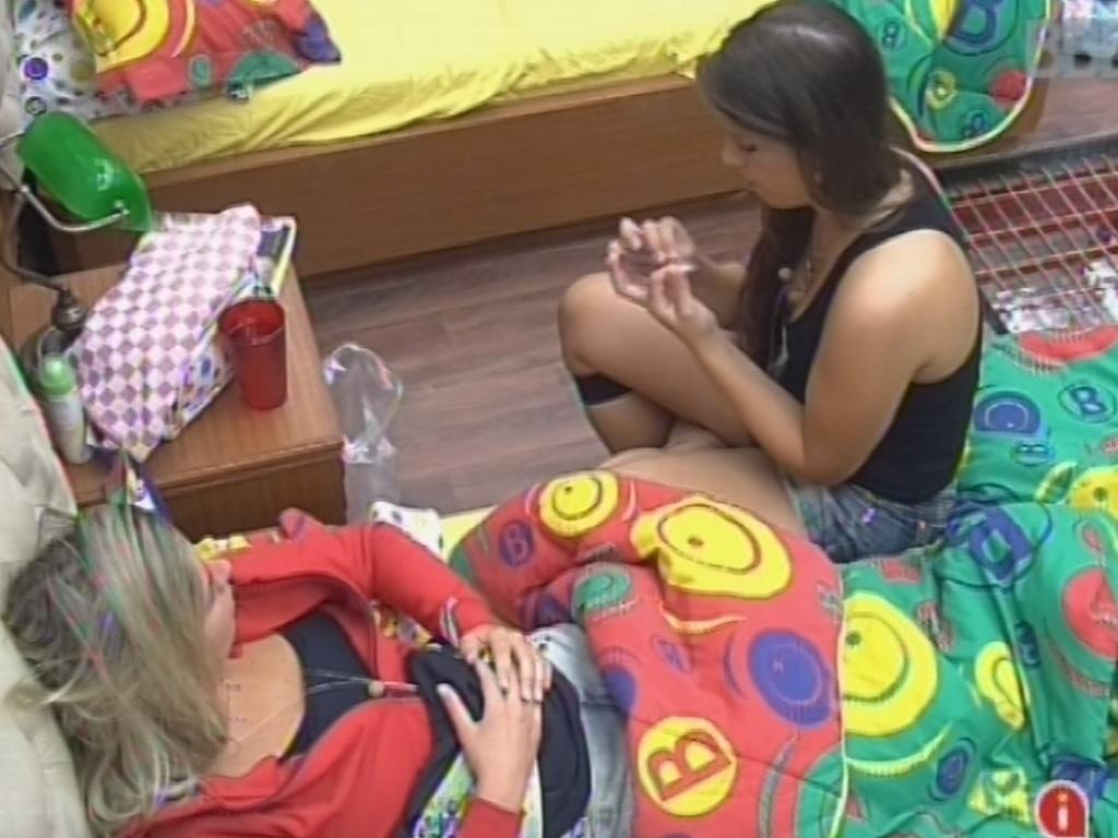 25.fev.2013 - Andressa diz a Fernanda que André fica com ciúmes de Marcello porque o carioca sempre a olha nas festas