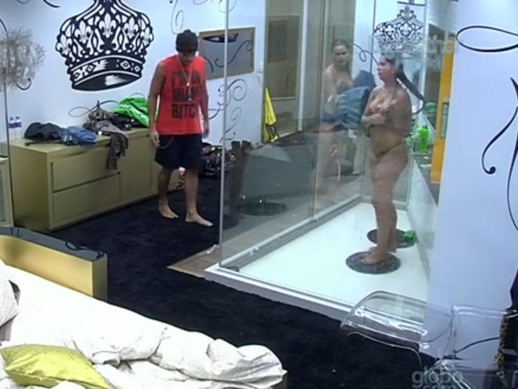 25.fev.2013 - Após discussão com Marcello, André pergunta a Natália e Andressa se elas o acham falso e sisters negam.