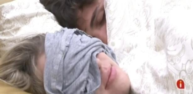 25.fev.2013 - Após toque de despertar, André e Fernanda voltam a dormir no quarto do líder