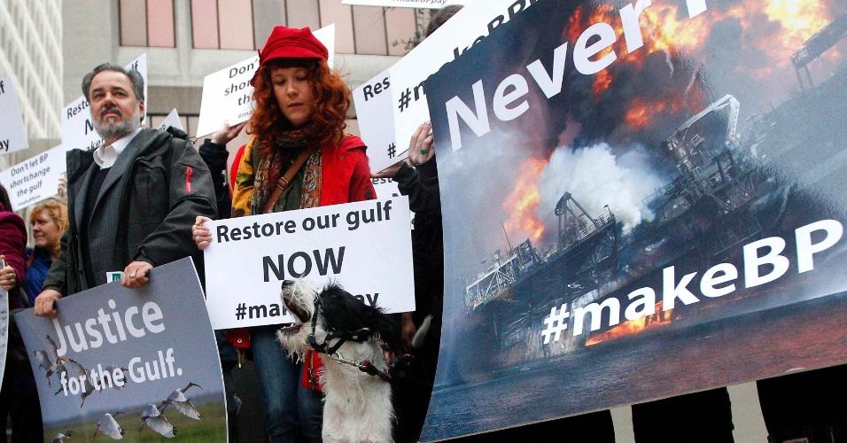 25.fev.2013 - Ativistas protestam em frente a um tribunal de Nova Orleans, nos Estados Unidos, durante o primeiro dia da audiência sobre o vazamento de petróleo no Golfo do México, em  abril de 2010, nesta segunda-feira. A petroleira BP, a operadora de sondas Transocean Ltd e a fornecedora de serviços Halliburton Co. são acusadas de serem responsáveis pela explosão que matou 11 homens, afundou uma plataforma e derramou 4 milhões de barris de petróleo no mar