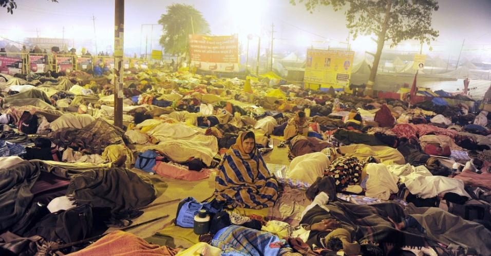 25.fev.2013 - Devotos do hinduísmo dormem às margens da confluência dos rios sagrados Ganges, Yamuna e Saraswati, durante o festival Maha Kumbh Mela, em Allahabad, na Índia. Com duração de 55 dias, o principal festival do hinduísmo é celebrado a cada 12 anos
