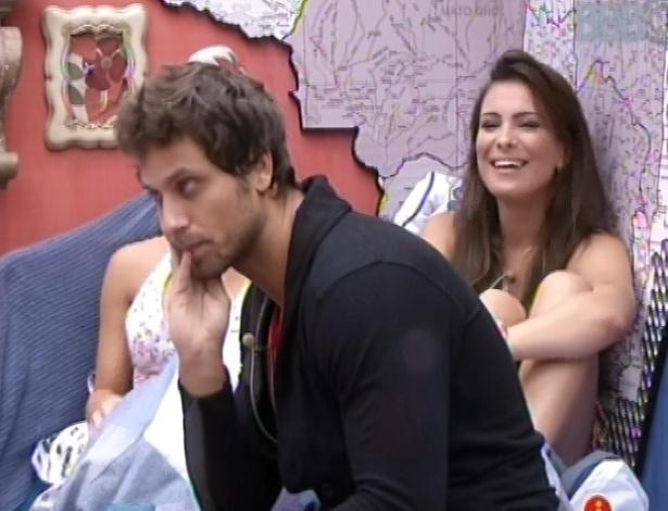 25.fev.2013 - Eliéser se reúne a Marcello, Kamilla, Andressa, Nasser e Natália no quarto brechó
