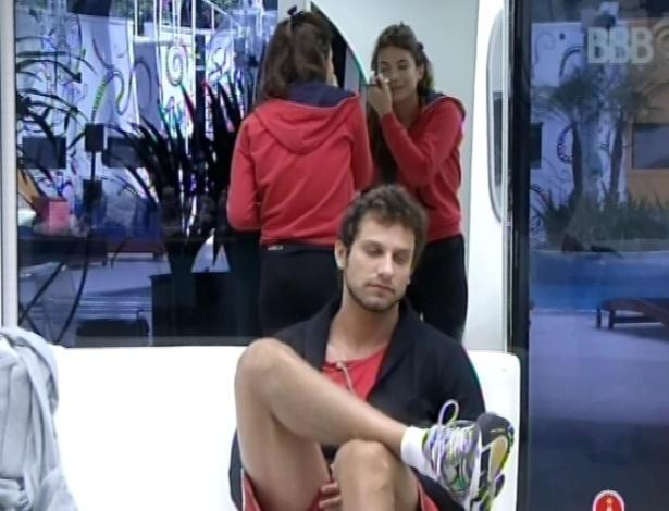 25.fev.2013 - Eliéser senta no sofá e Kamilla se maquia; ex-casal troca brincadeiras nesta manhã