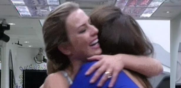 25.fev.2013 - Fernanda e Kamilla se abraçam após discussão