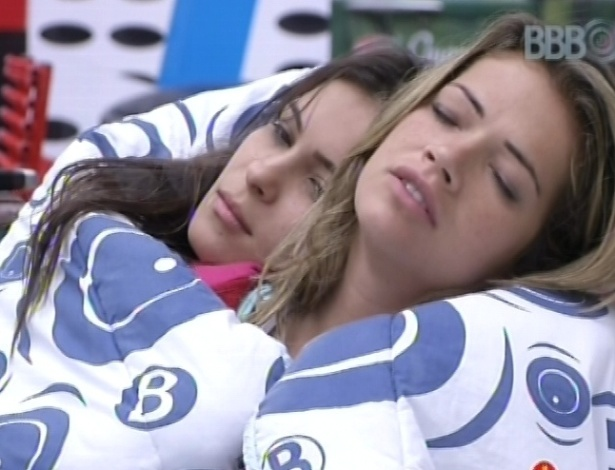 25.fev.2013 - Kamilla e Fani ficam abraçadas embaixo de cobertor no sofá da sala, enquanto outros brothers estão acordando