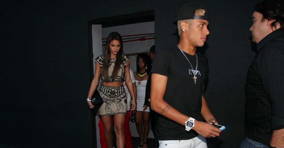 25.fev.2013 - Neymar deixa sua festa de aniversário no clube Vila Mix, em São Paulo, acompanhado da namorada Bruna Marquezine