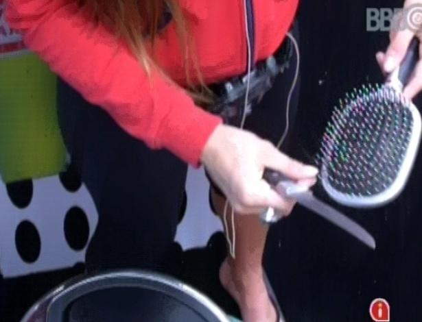 25.fev.2013 - Novamente, Kamilla limpa a escova de cabelos com uma faca de sozinha: