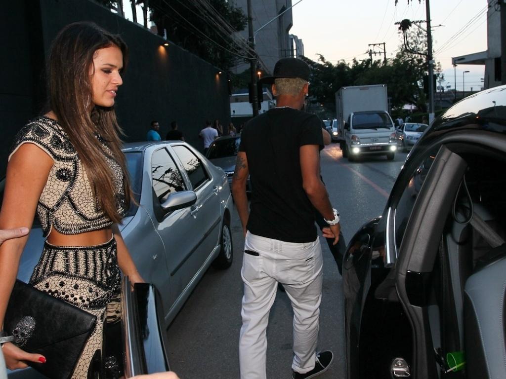 25.fev.2013 - O casal Neymar e Bruna Marquezine deixa a festa de aniversário do jogador dp Santos no Vila Mix, em São Paulo, por volta das 6h00