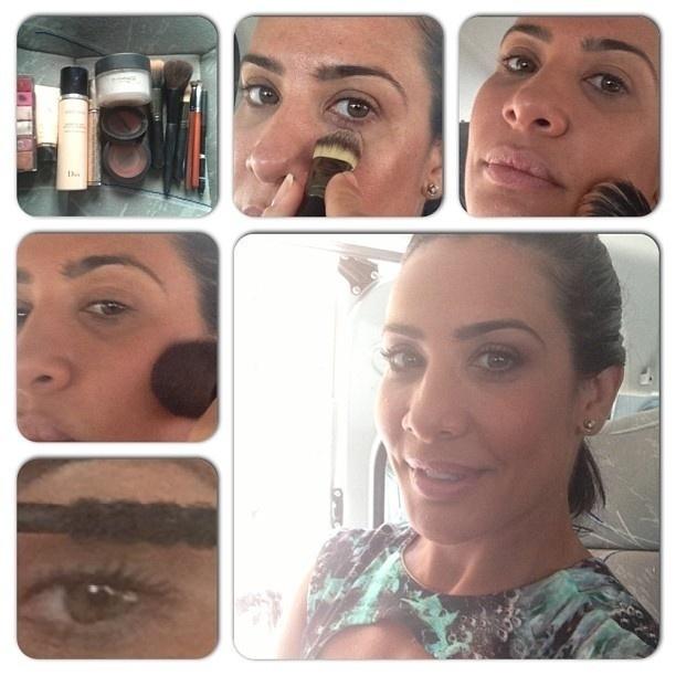 25.fev.2013 - Scheila Carvalho faz maquiagem dentro do carro