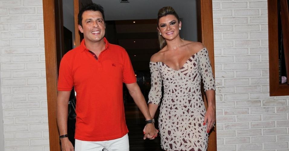 """25.fev.2013 - Wellington Muniz, o Ceará do """"Pânico"""", comemora seu aniversário de 40 anos em sua casa em São Paulo ao lado da esposa, Mirella Santos"""