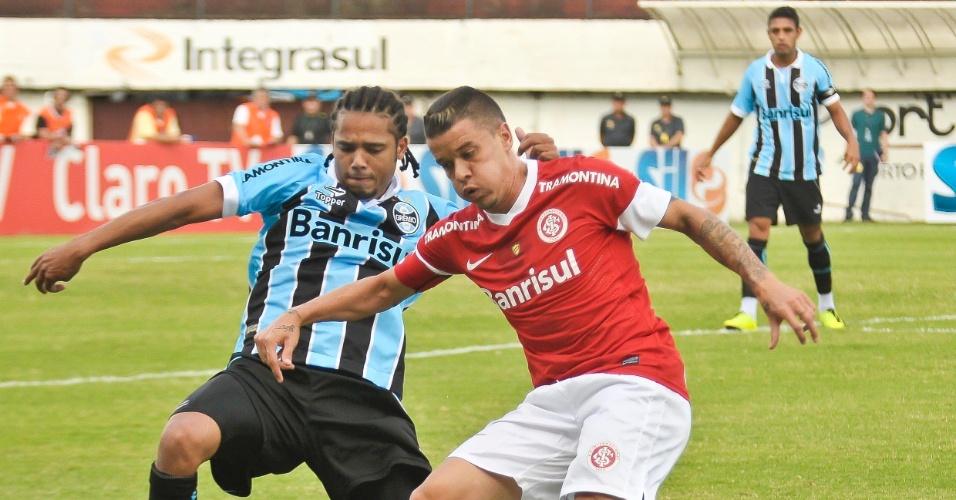 Internacional, de D'Alessandro, venceu o clássico contra o Grêmio, de Adriano, por 2 a 1 em Caxias do Sul