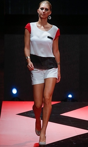 Modelo desfila look da Inicial A no Mega Polo Moda para o Inverno 2013 (25/02/2013)