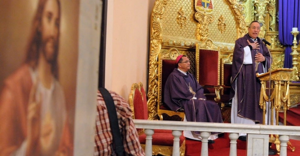 24.fev.2013 - Cardeal de Honduras, Oscar Andres Rodriguez (direita), reza missa na catedral de Tegucigalpa. Cotado para substituir o papa Bento 16, Rodriguez é um dos religiosos que participará do conclave que deve eleger o novo Sumo Pontífice