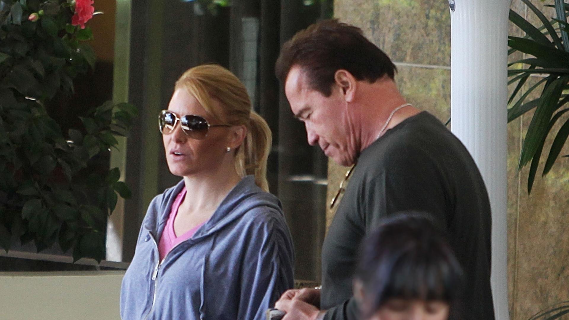 25.fev.2013 - Arnold Schwarzenegger almoçou com uma loira em um restaurante em Santa Monica, na Califórnia, O ator se separou de Maria Shriver em 2011 após 25 anos de união