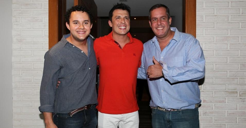 25.fev.2013 - Ceará com Gui Santana e Allan Rapp no seu aniversário de 40 anos em sua casa em São Paulo