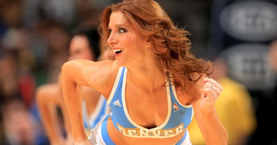 25.fev.2013 - Cheerleader do Denver Nuggets faz apresentação na partida contra o Los Angeles Lakers