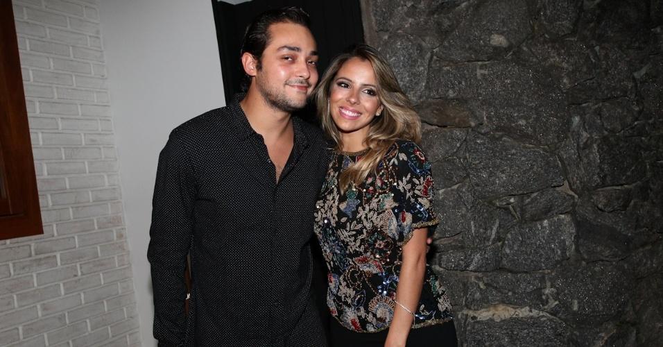 """25.fev.2013 - Eduardo Sterblitch com a namorada no aniversário de 40 anos de Wellington Muniz, o Ceará do """"Pânico"""" em sua casa em São Paulo"""