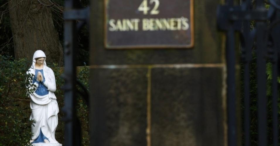 25.fev.2013 - Estátua no jardim da casa do cardeal Keith O'Brien em Edinburgo, no Reino Unido. Chefe da Igreja Católica da Escócia, O'Brien, renunciou ao posto na manhã desta segunda-feira (25), segundo a BBC. Ele foi denunciado ao Vaticano por