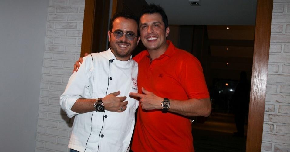 25.fev.2013 - Isaac Azar e Wellington Muniz no seu aniversário de 40 anos em sua casa em São Paulo
