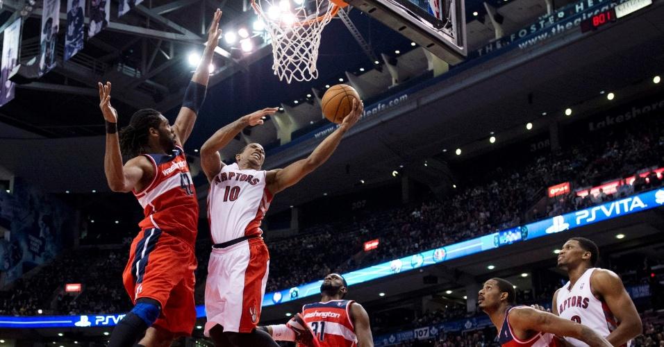 25.fev.2013 - Marcado pelo brasileiro Nenê, DeMar DeRozan anota dois pontos para o Toronto Raptors na derrota para o Washington Wizards