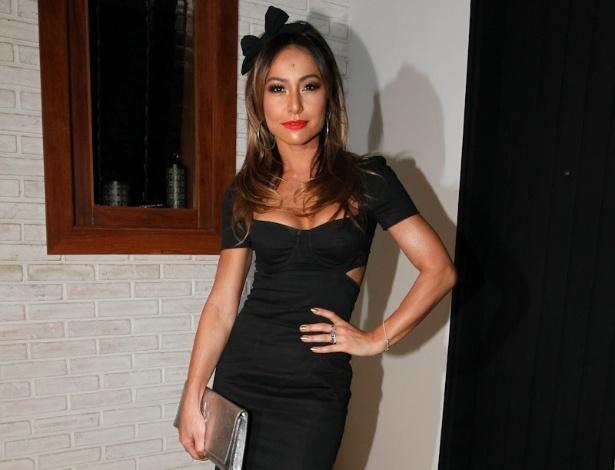 """25.fev.2013 - Sabrina Sato no aniversário de 40 anos de Wellington Muniz, o Ceará do """"Pânico"""" em sua casa em São Paulo"""