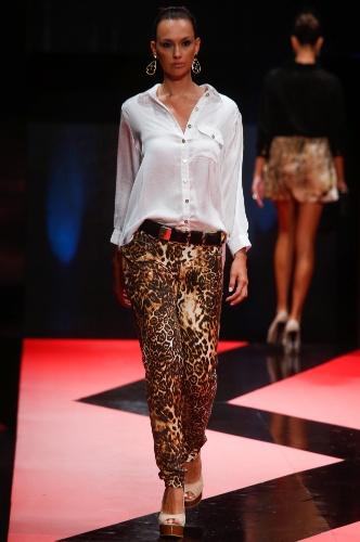 26 fev. 2013 - A calça com estampa animal da Tuca ajuda a levantar o look com camisa branca básica