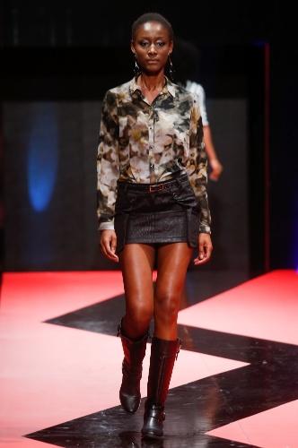 26 fev. 2013 - A camisa estampada está na moda há algumas temporadas e provou que deve permanecer. A marca Batom Rouge mostrou um look combinando-a com minissaia