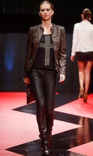26 fev. 2013 - A Mamô Brasil propôs a combinação de peças de couro em cores diferentes. Detalhe para a jaqueta com aplicação de espetos