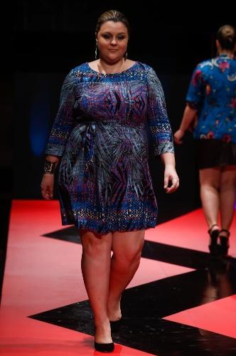 26 fev. 2013 - A marca de tamanhos especiais Kara mostrou um vestido azul estampado de mangas compridas