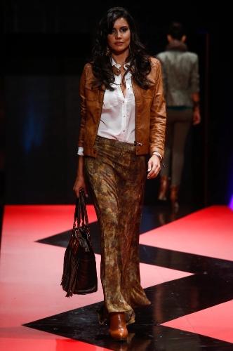 26 fev. 2013 - A saia longa estampada, usada com camisa branca e jaqueta de couro da Skai criou um look formal boho
